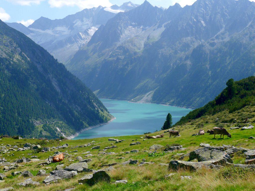 Uitzicht over meer in dal in de bergen