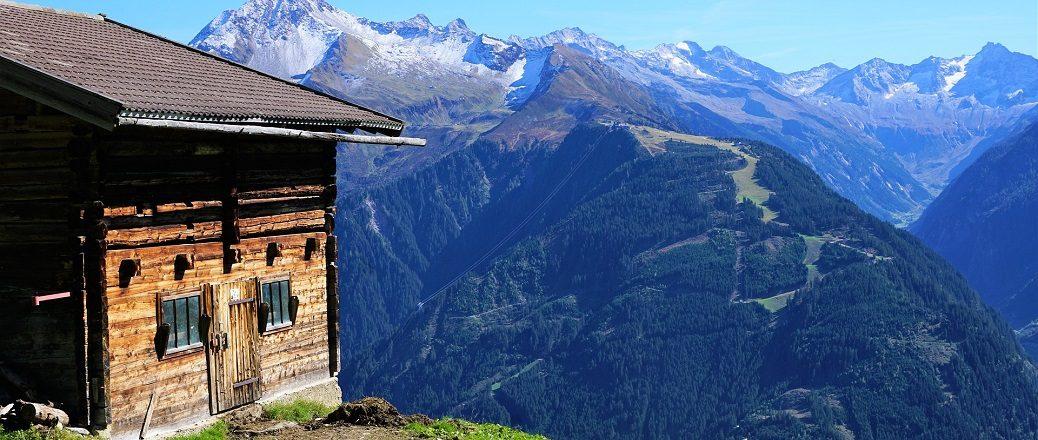 Hutje met uitzicht over dal in bergen