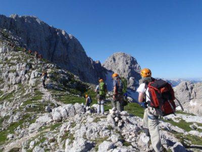 Ruige berg met wandelaars met rugzakken