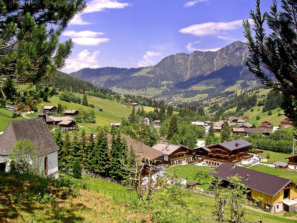 Uitzicht over dorp in de bergen