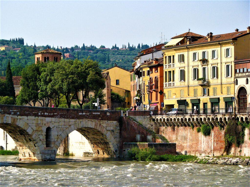 Gekleurde huizen aan brug met water