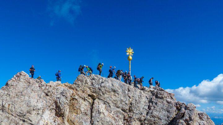 Bergtop met kruis en mensen