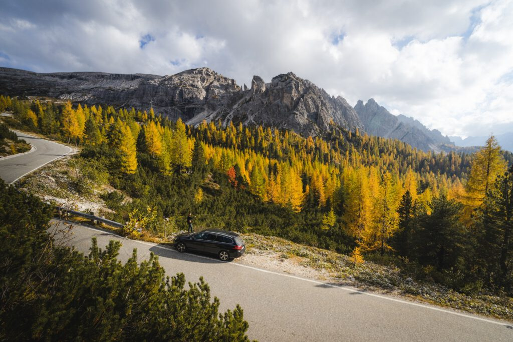 Auto staat geparkeerd aan weg in de bergen