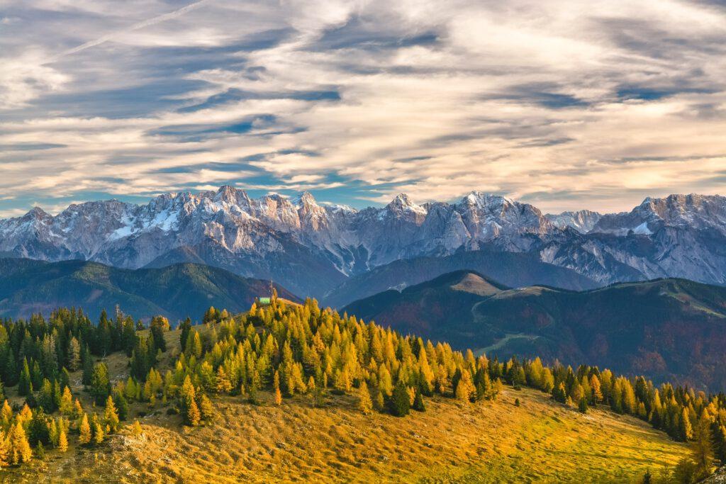 Bergen met zacht licht er herfstkleuren
