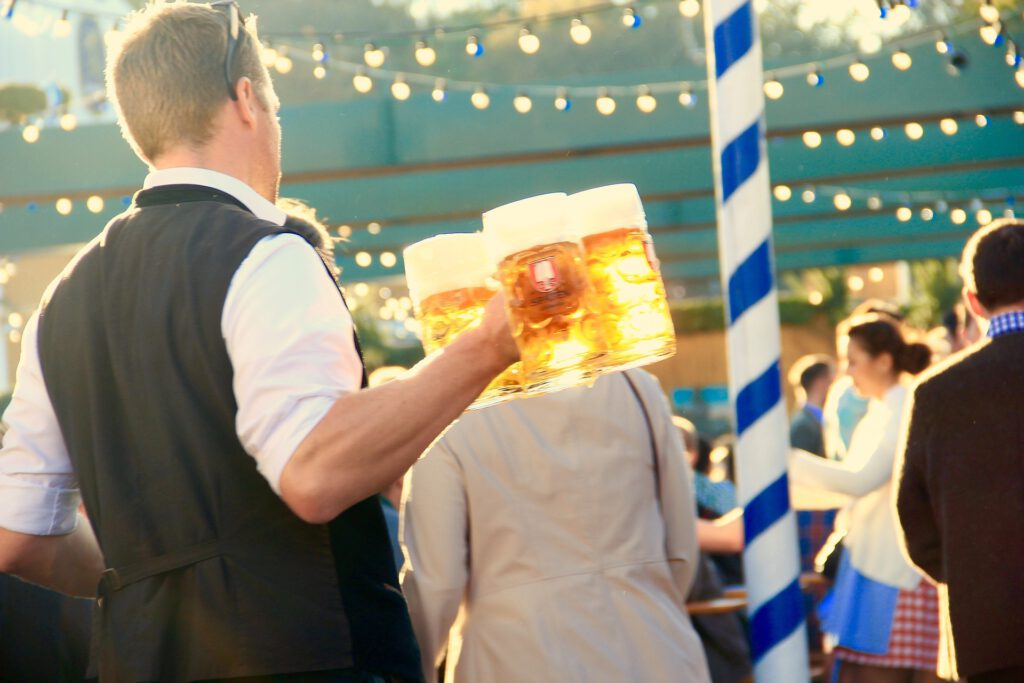 Man met bierpullen in hand